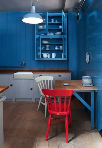 Again, the British have some of the most simple yet beautiful designs for kitchens. Of course as much as I love the red chair, it is the beautiful blue that I am drawn to in this display kitchen.